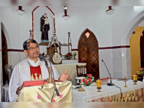 संत एंथोनी चर्च में प्रभु का संदेश देते फादर ज्ञान प्रकाश टोपनो