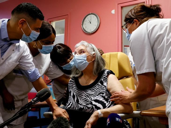 पेरिस के अस्पताल में एक बुजुर्ग महिला को कोरोना की पहली वैक्सीन लगाई गई।