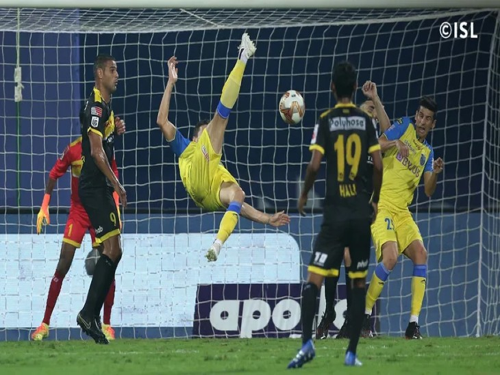 इंडियन सुपर लीग के रविवार रात को खेले गए मैच के दौरान  केरला ब्लास्टर्स और हैदाबाद एफसी के खिलाड़ी गेंद को अपने पास लेने के लिए प्रयास करते हुए। - Dainik Bhaskar