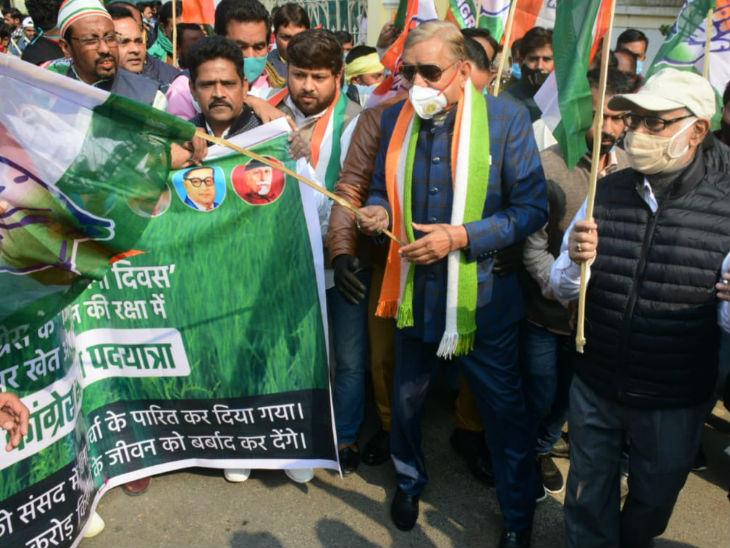 प्रयागराज में पद यात्रा को हरी झंडी दिखाते नेता प्रमोद तिवारी।