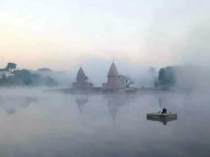 मध्यप्रदेश के विदिशा में सर्दी बढ़ने से बेतवा नदी में उठने लगी भाप।