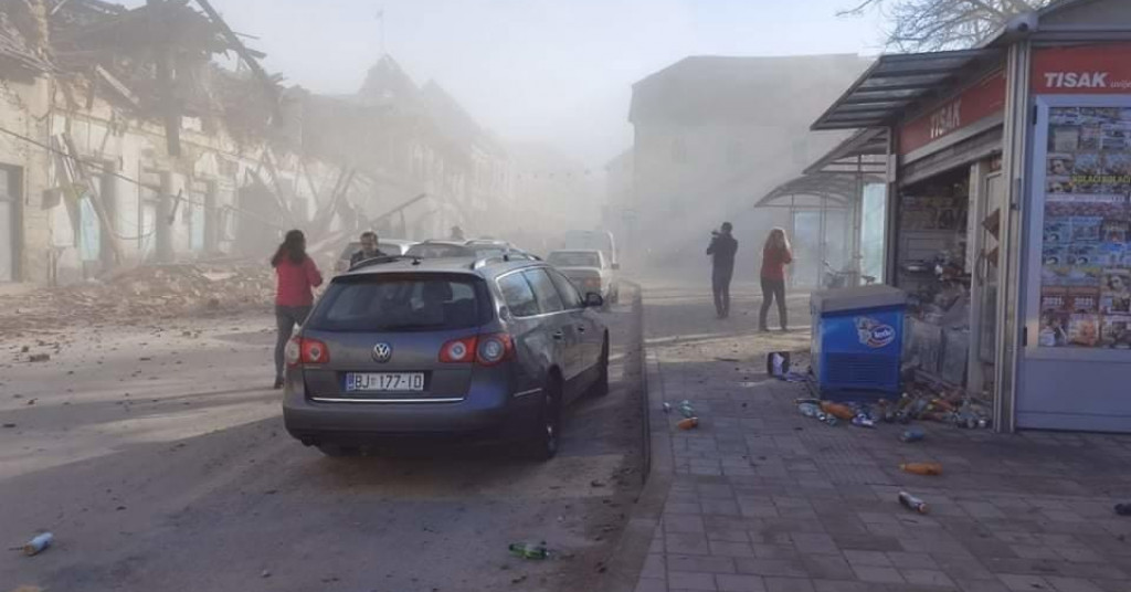 इमारतें गिरने से हर तरह धूल ही धूल दिखाई देने लगी।