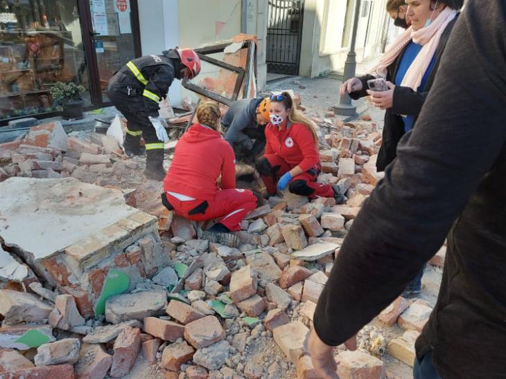 भूकंप के बाद रेडक्रॉस की टीम मदद के लिए पहुंच गई।