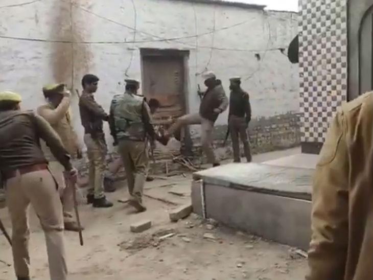पुलिस ने वकील राजेंद्र शर्मा के घर का गेट तोड़ दिया था।