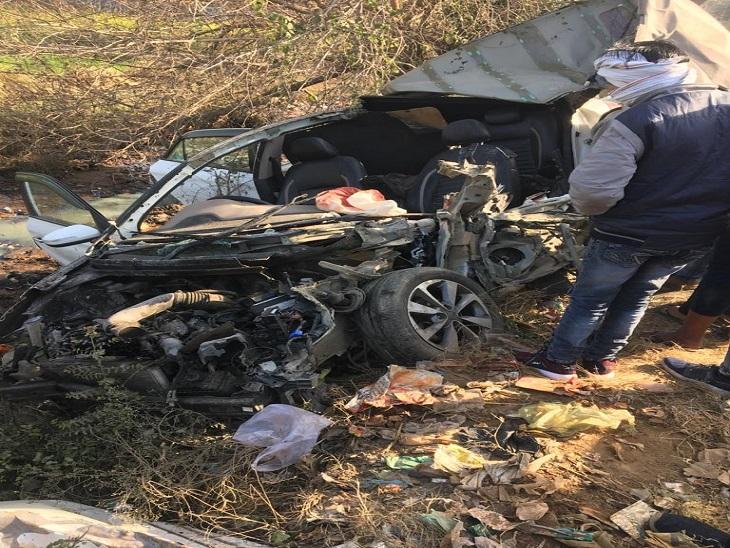 सनौली रोड पर हादसे के बाद बुरी तरह क्षतिग्रस्त कार।