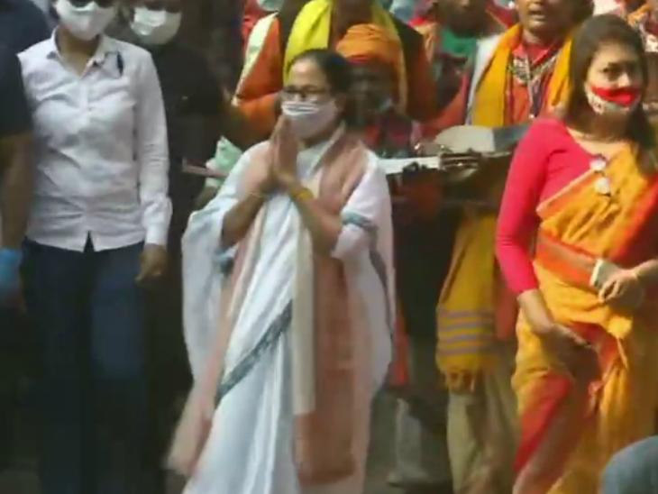 रैली के दौरान मुख्यमंत्री ममता बनर्जी ने पैदल मार्च भी निकाला।