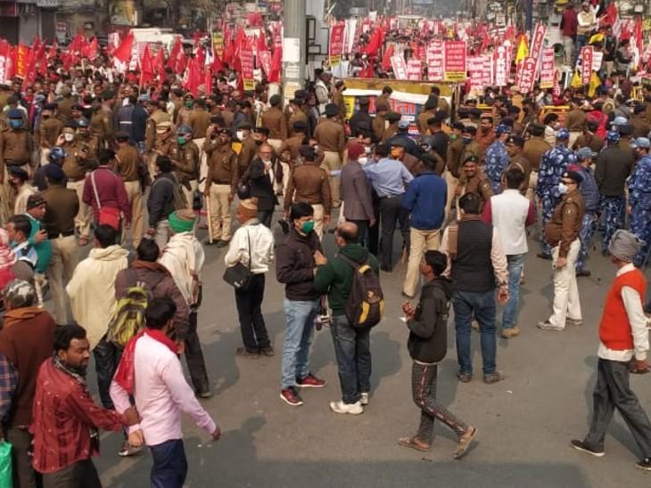 बैरिकेड गिराने की कोशिश कर रहे प्रदर्शनकारियों को रोकते हुए पुलिस।