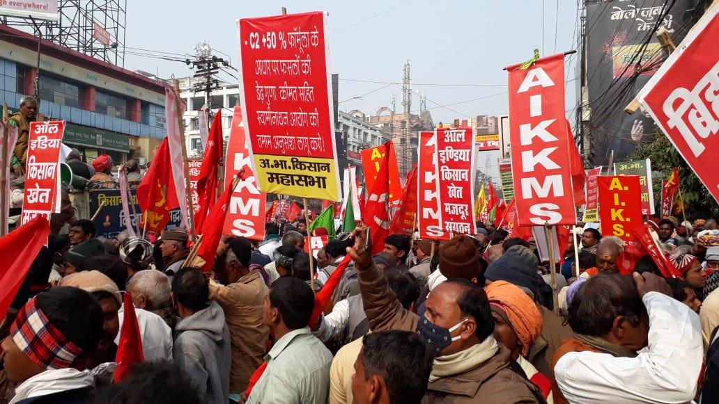 डाकबंगला चौराहे पर प्रदर्शनकारियों की भीड़।