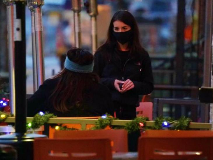 अमेरिका के डेनवर में मंगलवार को एक रेस्टोरेंट में मास्क लगाए वेटर। अमेरिका में भी उस नए स्ट्रैन ने दस्तक दे दी है, जो ब्रिटेन में पाया गया था।