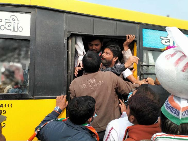 महोबा में पदयात्रा पर निकले कांग्रसियों ने अफसरों से की धक्का-मुक्की; लाठीचार्ज, पूर्व मंत्री समेत 100 को आई चोटें|झांसी,Jhansi - Dainik Bhaskar