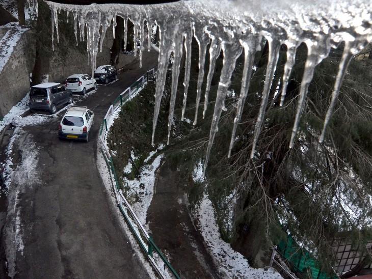 शिमला में छतों से टपकता पानी बर्फ बन गया।