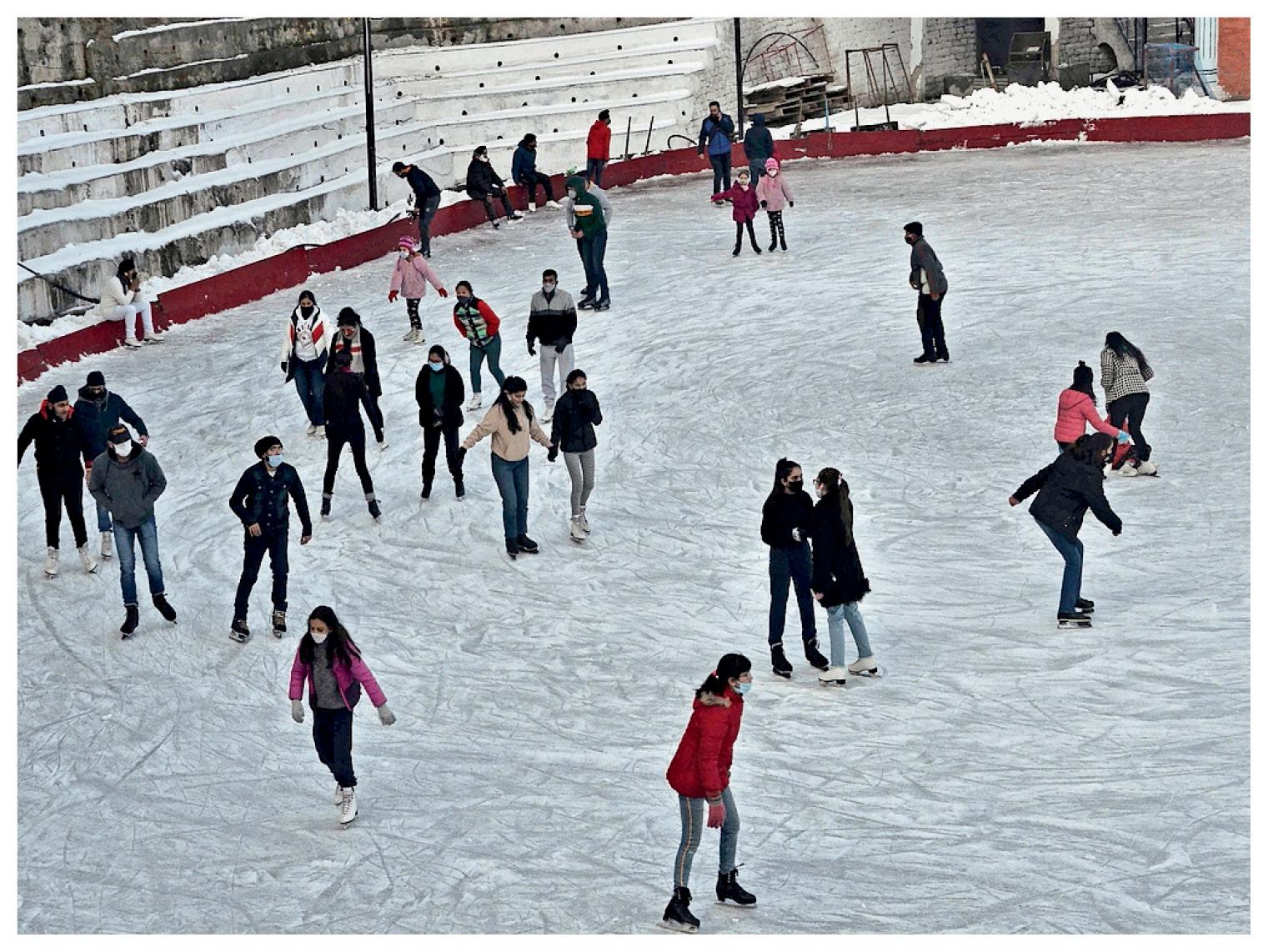 शिमला में आइस स्केटिंग करते टूरिस्ट।