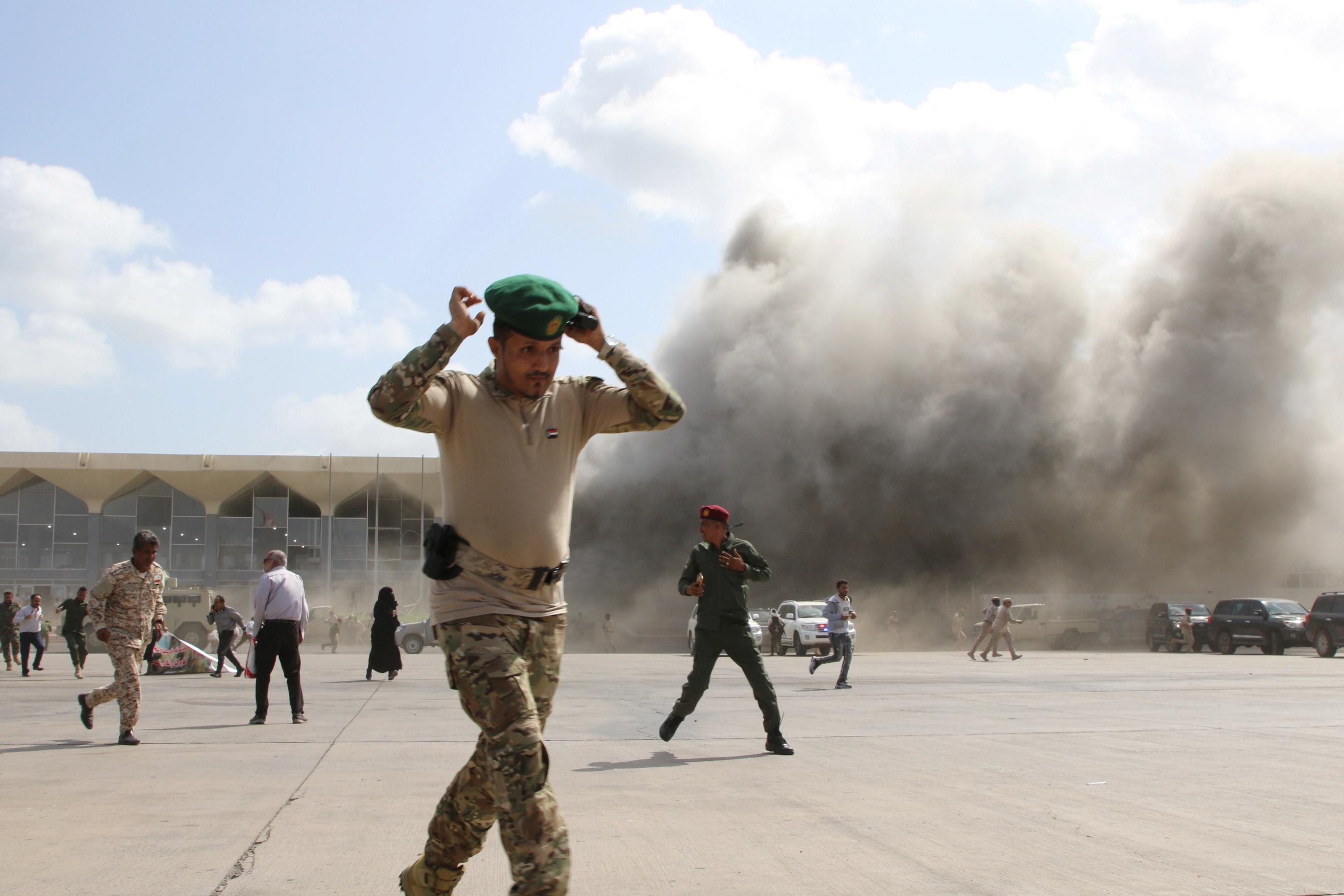 सोशल मीडिया पर शेयर की गई तस्वीरों में एयरपोर्ट पर भागते सैनिक दिखाई दे रहे हैं।