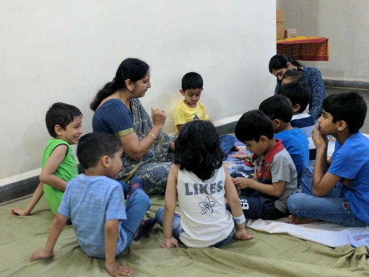 उनकी कहानियां इंग्लिश और हिंदी दो भाषाओं में होती हैं। कहानियां 8 से 10 मिनट की होती हैं।
