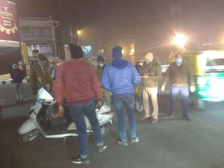 वाहन चालकों से पूछताछ करती यातायात पुलिस