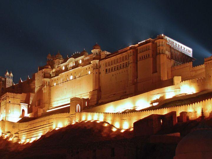 फोटो जयपुर के आमेरर्ट्स की है।  रोशनी से जगमग आमेर को पर्यटकों का इंतजार है।  लेकिन नाइट कर्फ्यू के कारण जयपुर में इस साल काफी कम तुरिस्ट आए हैं।