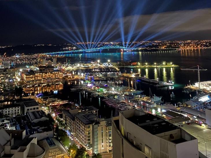 नए साल पर पूरा ऑकलैंड शहर रोशनी से सजाया गया है।