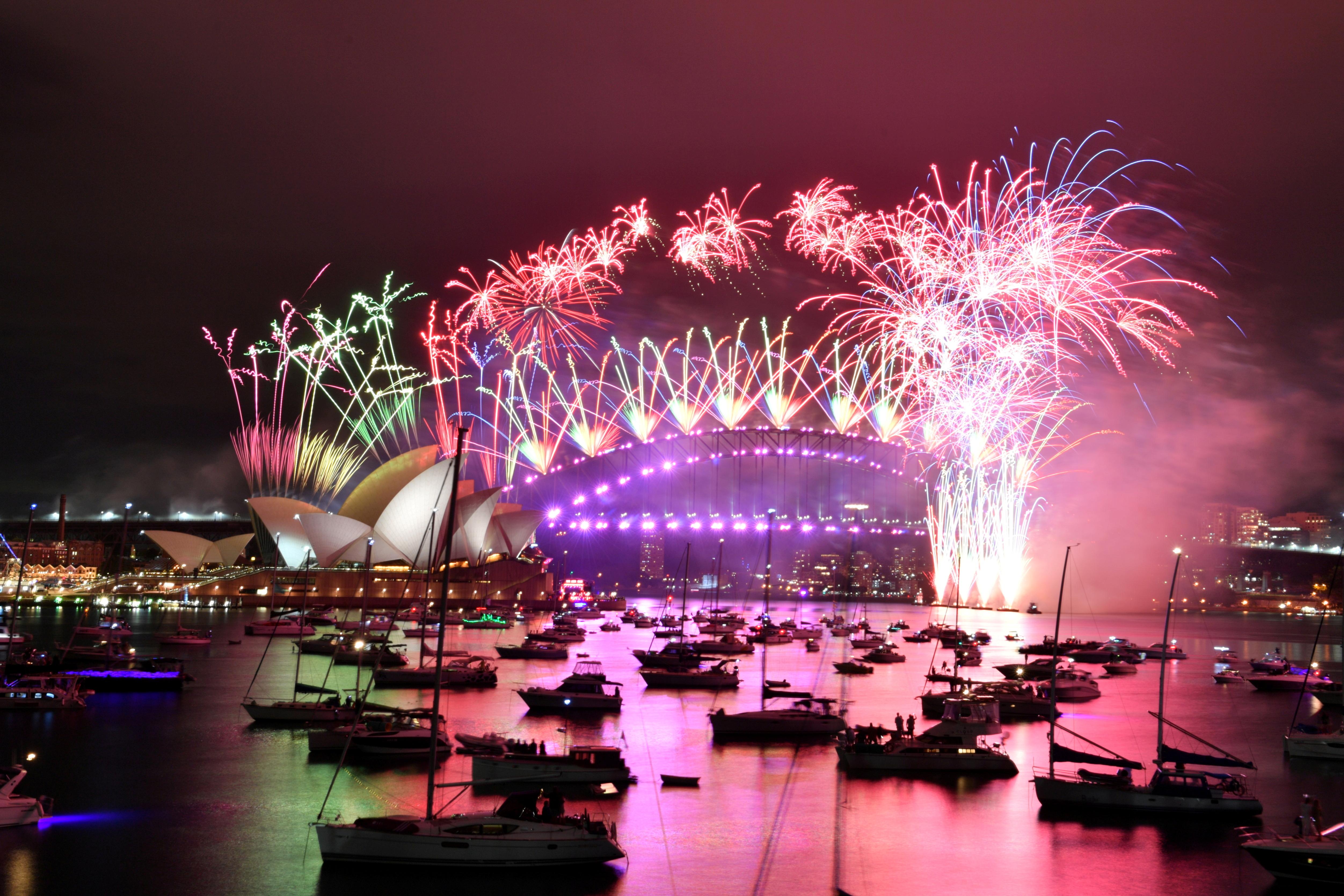 तस्वीर सिडनी के ओपेरा हाउस और हार्बर ब्रिज की है। यहां नए साल के स्वागत में होने वाला जश्न पूरी दुनिया में मशहूर है।