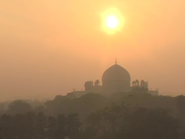 The photo is of Nizamuddin of Delhi. Here the mist of the city was also seen with the sunset.