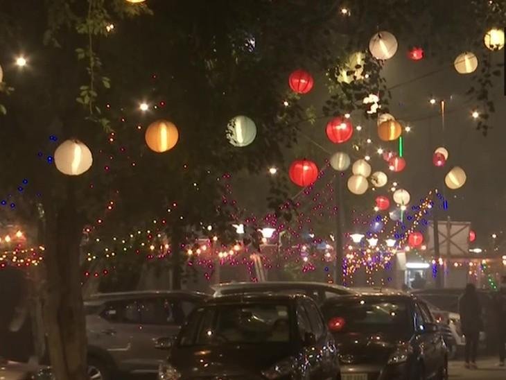 नई दिल्ली के एक होटल के बाहर गाड़ियों की लंबी कतारे लगी रही। यहां न्यू ईयर पार्टी मनाने के लिए लोग जुटे।