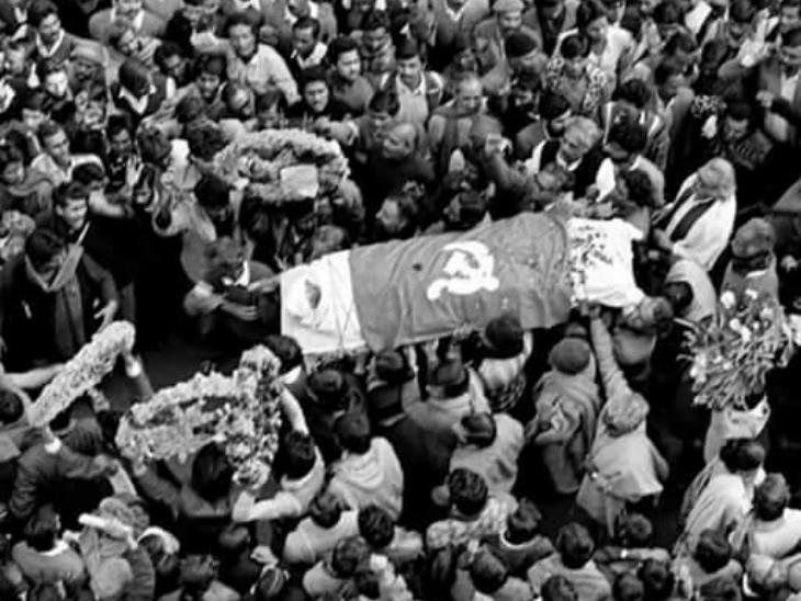 सफदर हाशमी के अंतिम संस्कार में दिल्ली की सड़कों पर हजारों लोगों को हुजूम उमड़ आया था।