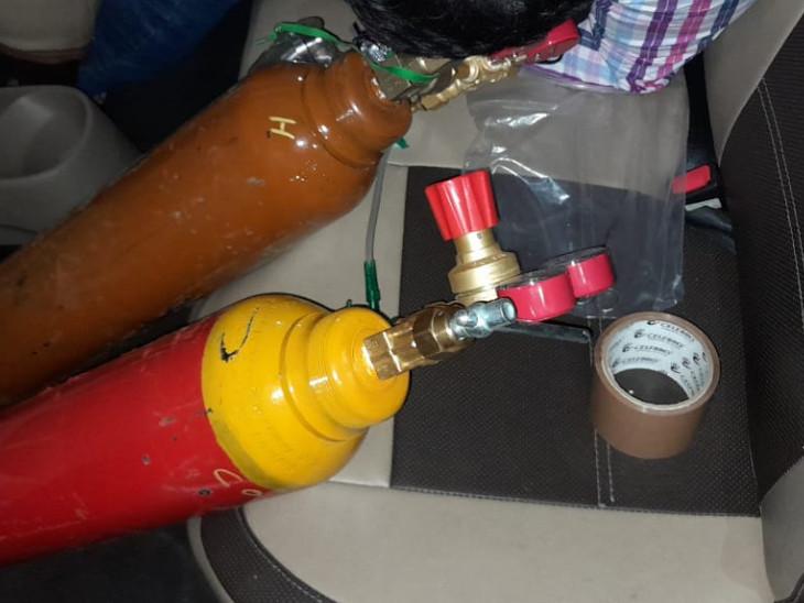 कार के अंदर कार्बन मोनोऑक्साइड के दो सिलेंडर थे।
