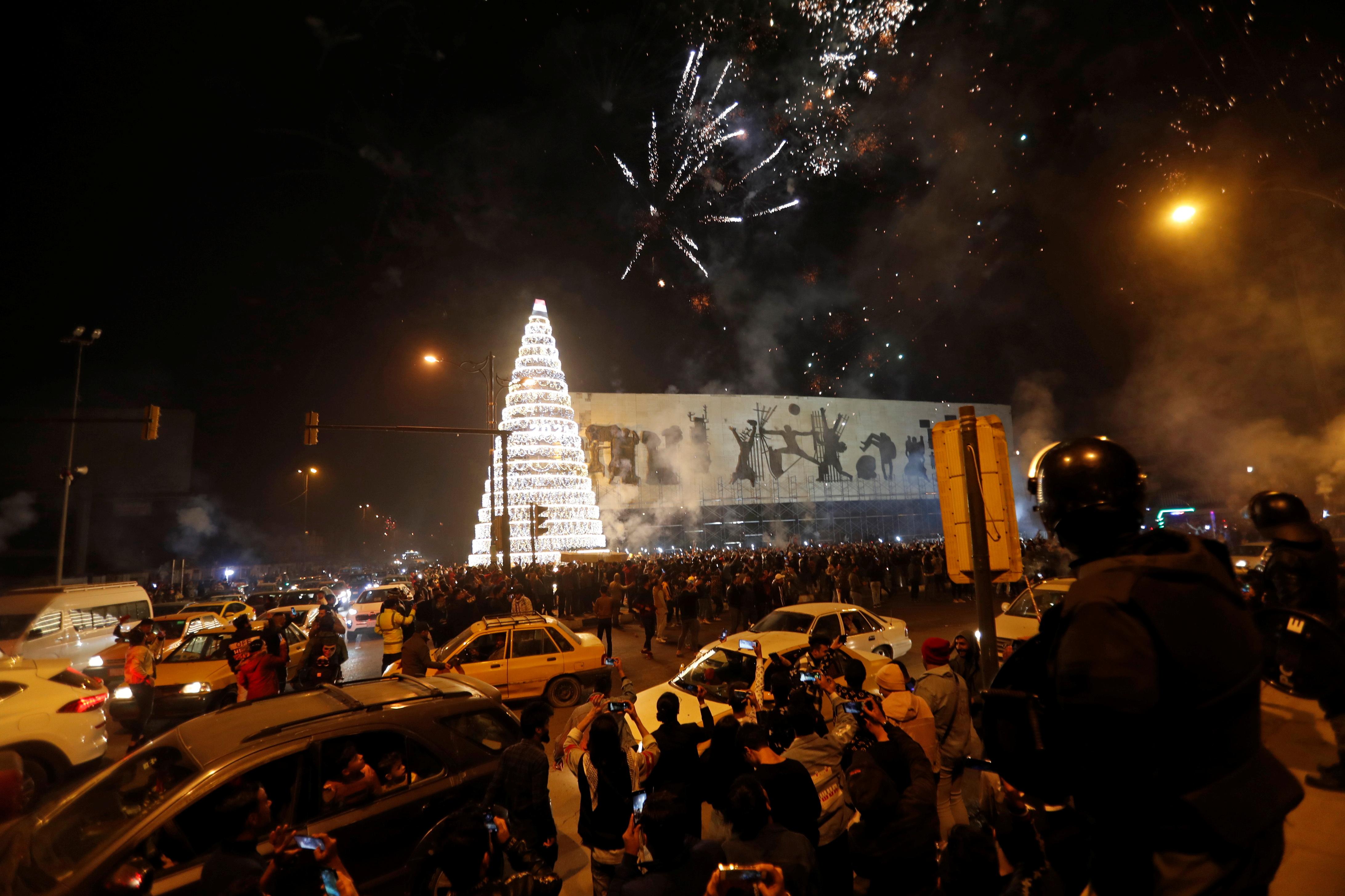 इराक के बगदाद में देर रात लोग सड़कों पर आ गए और आतिशबाजी कर जश्न मनाया।