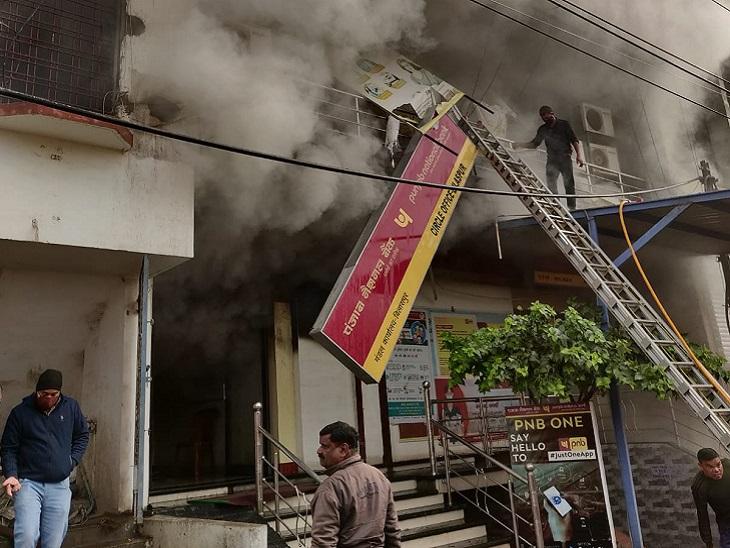 आशंका जताई जा रही है कि हादसा शार्ट सर्किट के चलते हुआ है। आग से वहां रखे कंप्यूटर, एसी और लोन के दस्तावेज जल गए हैं।