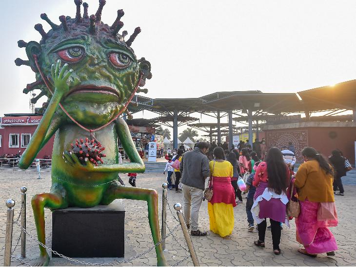 कोलकाता के एक पार्क के बाहर लोगों को संक्रमण के प्रति जागरूक करने के लिए कोरोना का मॉडल लगाया गया है। न्यू इयर सेलिब्रेशन को देखते हुए सरकार और प्रशासन ने लोगों से ज्यादा सतर्क रहने की अपील की है।