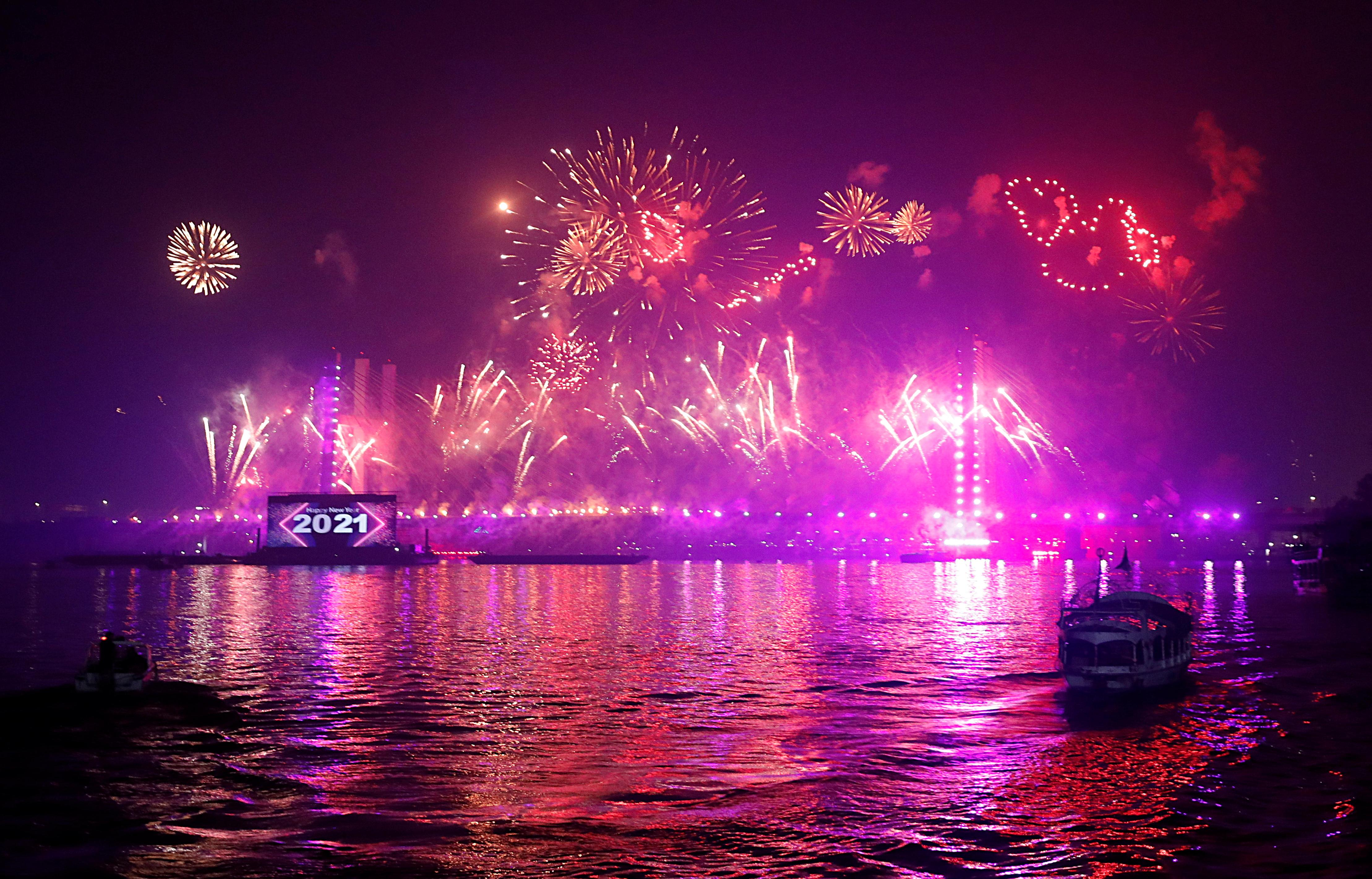 मिस्र में नील नदी पर बने सस्पेंशन ब्रिज पर शानदार रोशनी की गई।