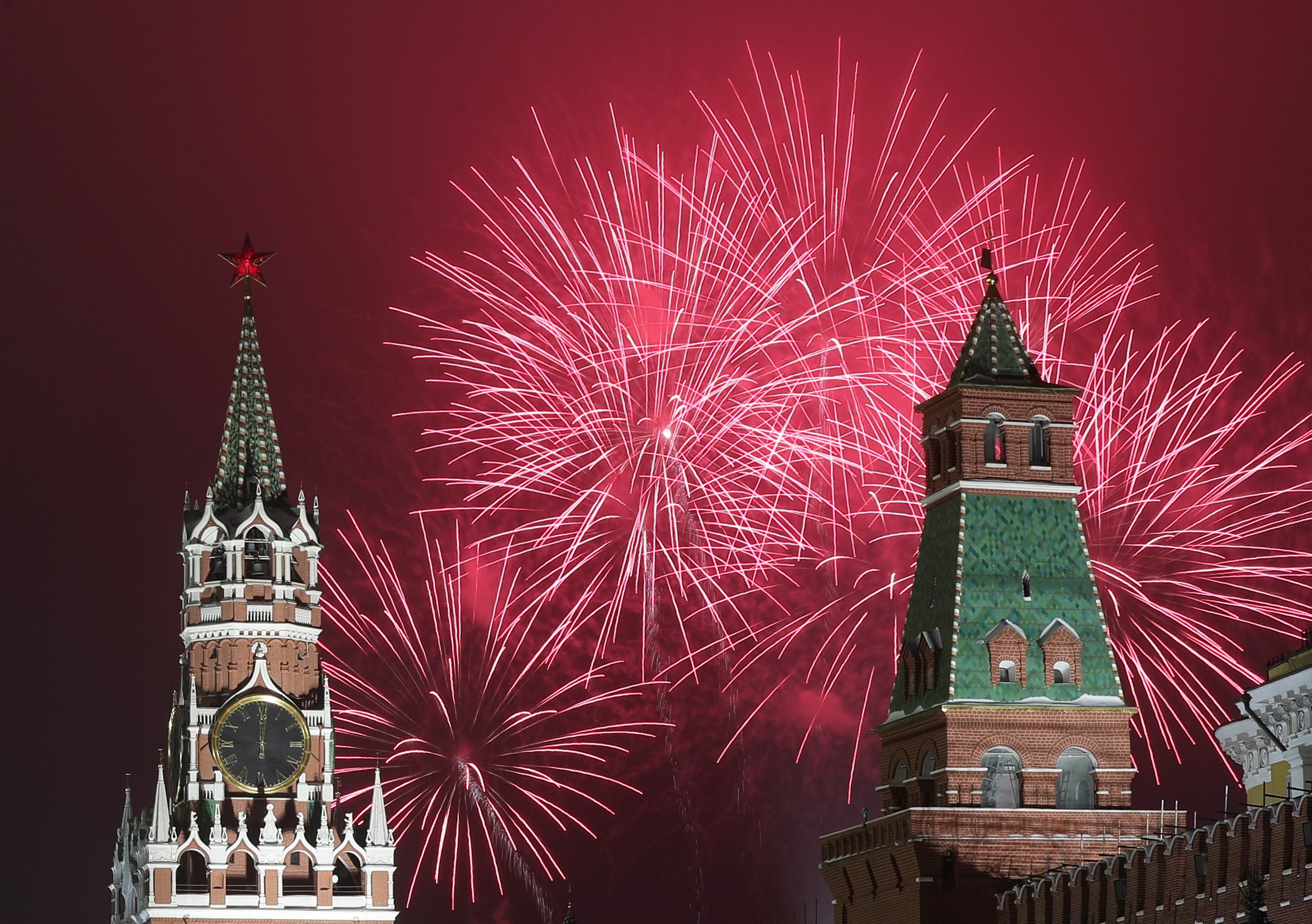मॉस्को में नए साल पर हुए समारोह के दौरान क्रेमलिन के टावरों के पास का नजारा।