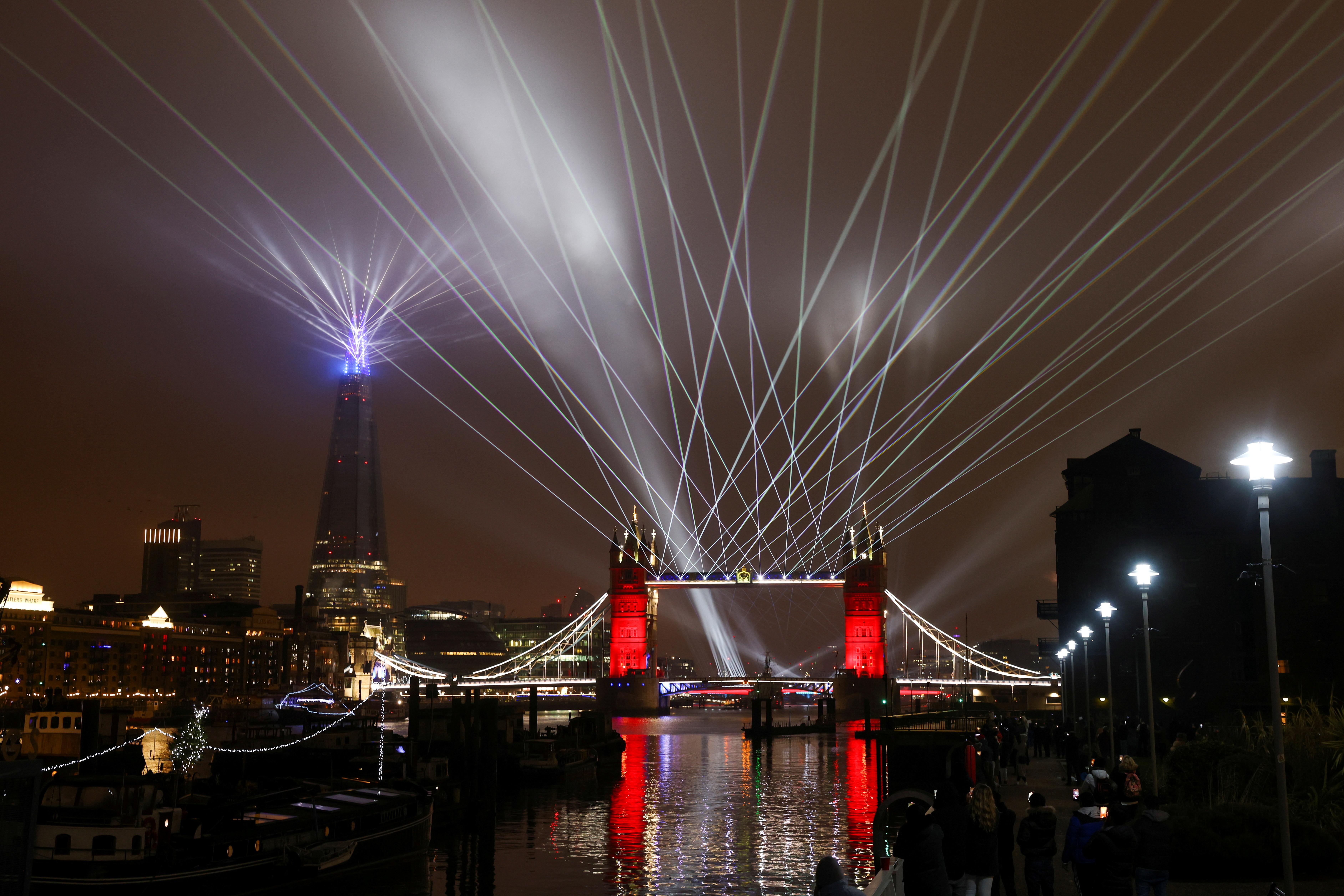 कोरोना के नए स्ट्रेन की मार झेल रहे ब्रिटेन के लंदन में टॉवर ब्रिज पर लाइट शो किया गया।