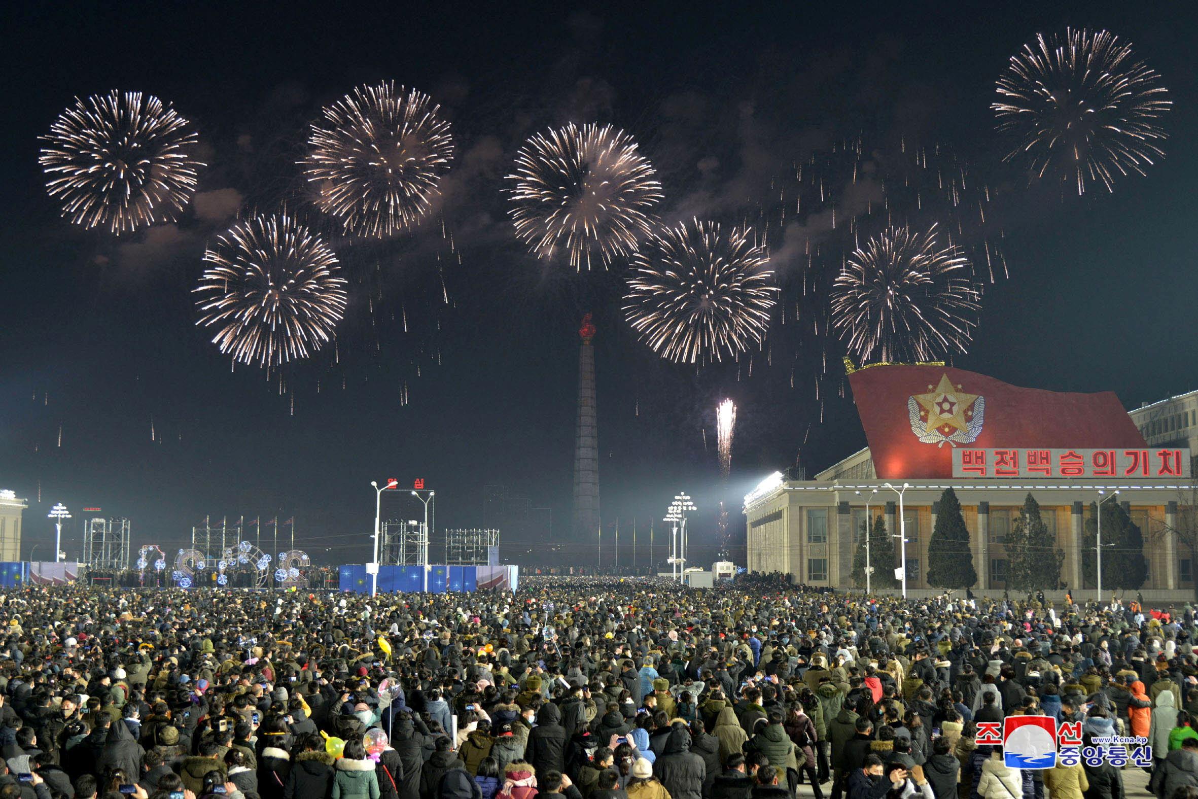 नॉर्थ कोरिया की राजधानी प्योंगयांग में नए साल पर बड़ा समारोह किया गया। इसमें हजारों लोग शामिल हुए।