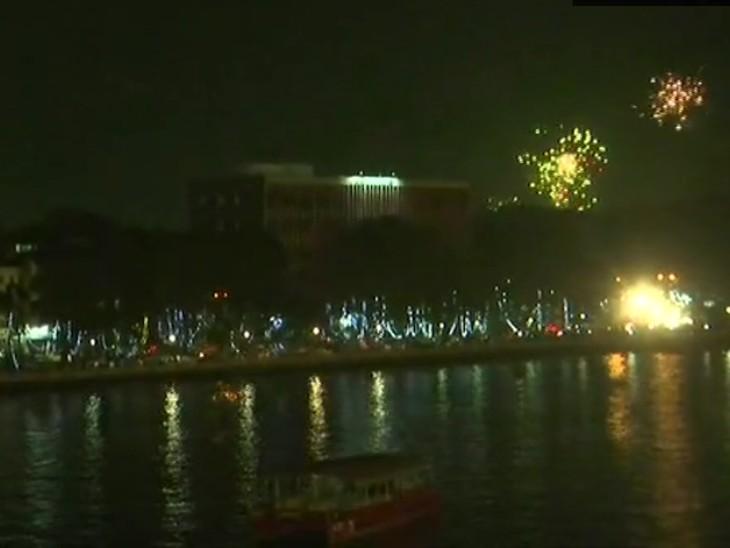 फोटो गोवा बीच की है। यहां नए साल का स्वागत आतिशबाजी के साथ हुआ।