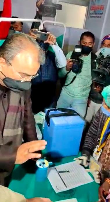 वैक्सीन ट्रायल का निरीक्षण करने पहुंचे स्वास्थ्य मंत्री मंगल पांडेय।