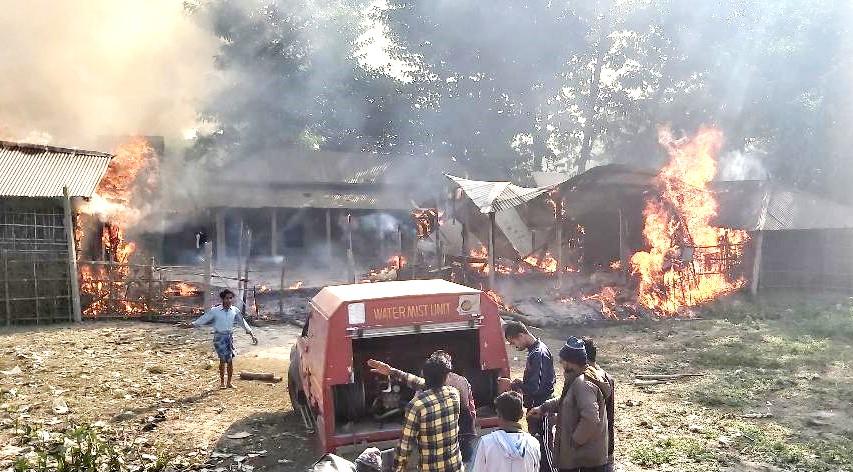 आग पर काबू करने की कोशिश में जुटी अग्निशमन की टीम। - Dainik Bhaskar