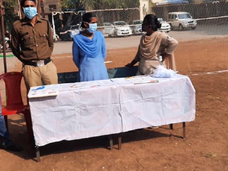 टीकाकरण केंद्र में सुरक्षा के लिए महिला और पुरुष पुलिसकर्मियों की तैनाती की गई है।