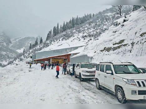 बर्फबारी की वजह से अटल टनल के साउथ पोर्टल (मनाली साइड) पर गाड़ियां फंस गईं।