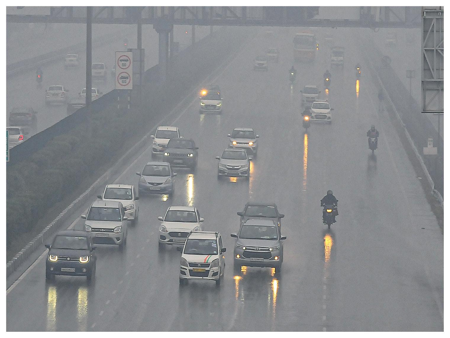 गुरुग्राम में बारिश के बाद धुंध छाने से वाहन चालकों को दिन में लाइट जलानी पड़ी।
