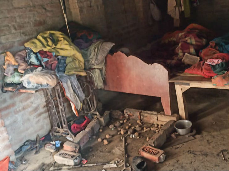 घटना के बाद घर में बिखरा सामान।
