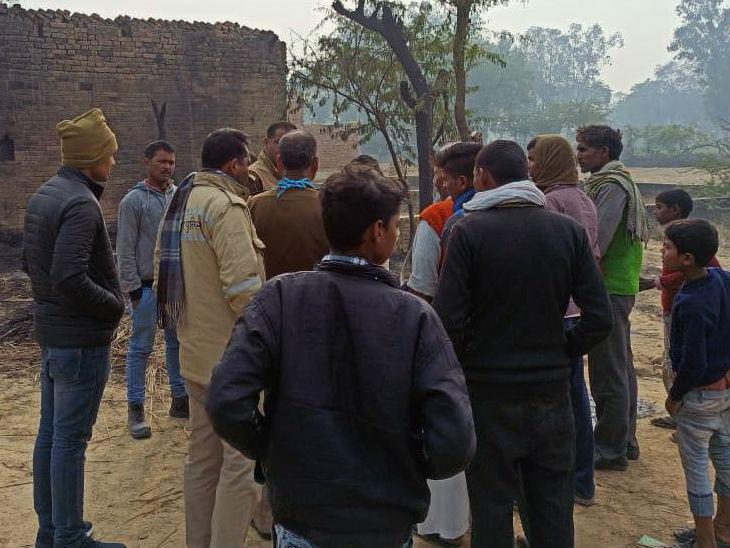 गांव में जुटे पुलिसकर्मी व अन्य।