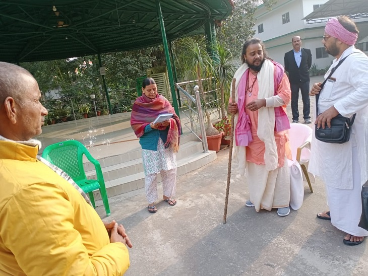Bihar News Update : Monk meets Rabri Devi to wish for New Year, Says Tejashwi Yadav will be PM of India   अखिलेश को CM बनने का आशीर्वाद देने वाले बनारसी बाबा