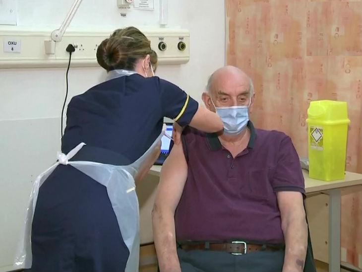 ब्रिटेन में 82 साल के ब्रायन को एस्ट्रेजेनेका वैक्सीन का पहला डोज दिया गया।