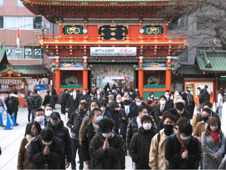 साल के पहले वर्किंग डे (4 जनवरी) को काम शुरू करने से पहले टोक्यो के बौद्ध मंदिर कांदा म्योजिन में प्रार्थना करते लोग।