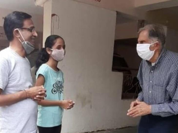 सोशल मीडिया पर रतन टाटा की ये फोटो वायरल हो रही है। बताया जा रहा है कि रतन टाटा पुणे की फ्रैंड्स कॉलोनी में अपने एक पूर्व कर्मचारी से मिलने के लिए पहुंचे थे। - Dainik Bhaskar