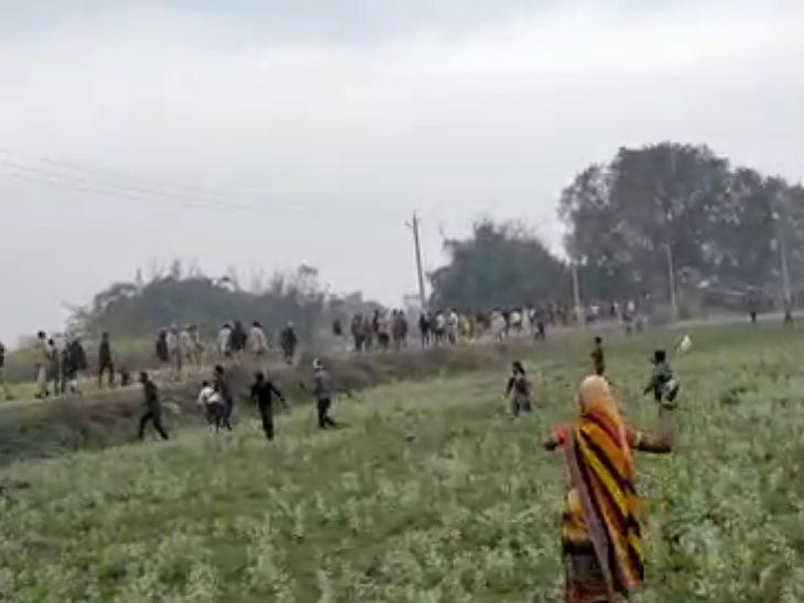 ग्रामीणों ने पुलिस टीम को दौड़ाया।