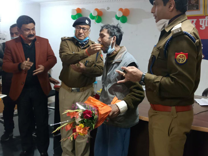 पुलिस लाइन में डीएम और एसपी ने मिठाई खिलाकर किया पुनवासी का स्वागत।