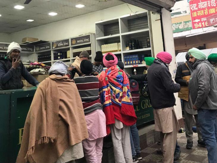 टीकरी बॉर्डर पर शाम होते ही शराब के ठेके पर भीड़ लग जाती है। ग्राहकों में ज्यादातर लोग आंदोलन में शामिल किसान हैं।