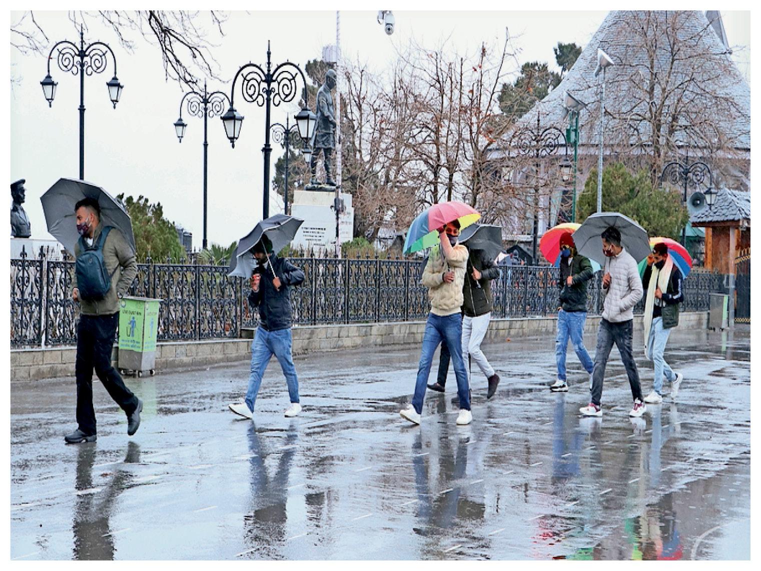 हिमाचल प्रदेश में बर्फबारी के बाद ठंड काफी बढ़ गई। मौसम का लुत्फ उठाते पर्यटक।