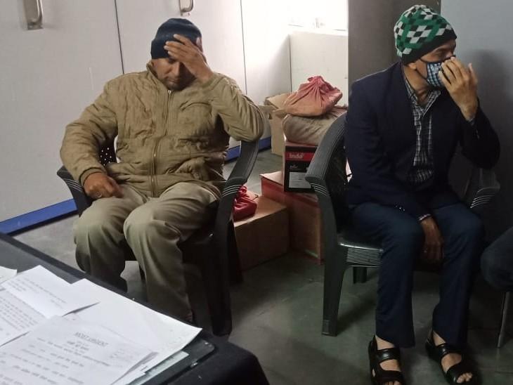 एक दिन पहले ट्रैप होने के बाद एसीबी के कार्यालय में बैठे डीएसपी व कांस्टेबल।